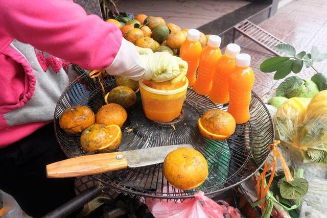 Đổ xô bán nước cam ép nguyên chất giá siêu rẻ, tiểu thương thu tiền triệu mỗi ngày - Ảnh 7.