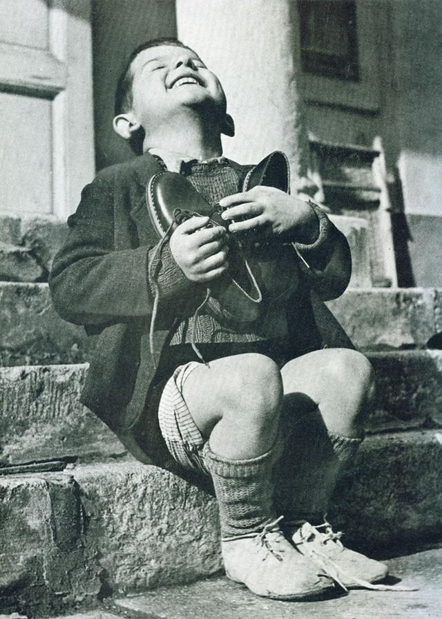 Bức ảnh đắt giá Cậu bé ôm giày mới và thông điệp đầy ý nghĩa giúp nhiều người biết trân trọng cuộc sống hơn - Ảnh 1.