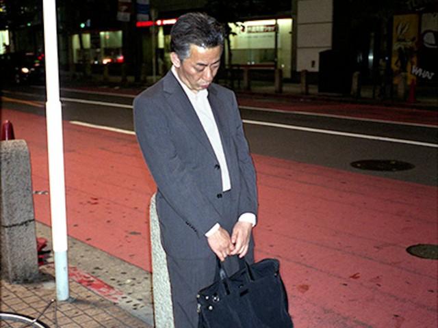 Mặt tối của văn hóa làm việc như thiêu thân của người Nhật: Tận lực với công việc để rồi ngủ gục ngay cả trên đường phố giữa đêm - Ảnh 1.