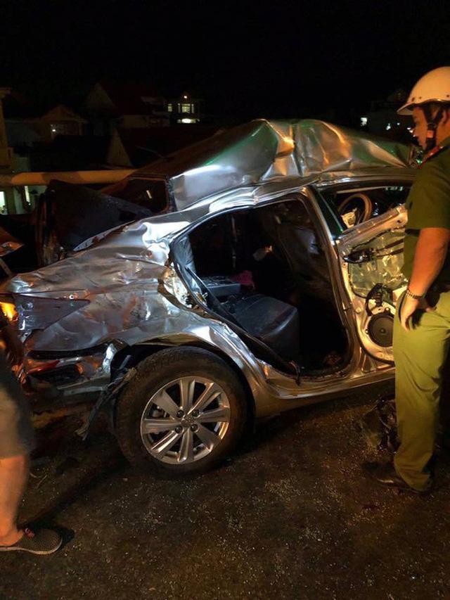 Ô tô 4 chỗ chở cả gia đình tông xe tải, 5 người thương vong - Ảnh 1.