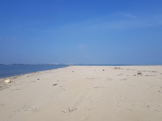 Cận cảnh hòn đảo lạ mới xuất hiện ngoài biển khiến chính quyền Quảng Nam lúng túng - Ảnh 1.