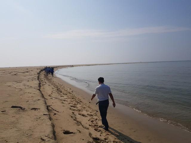 Cận cảnh hòn đảo lạ mới xuất hiện ngoài biển khiến chính quyền Quảng Nam lúng túng - Ảnh 2.