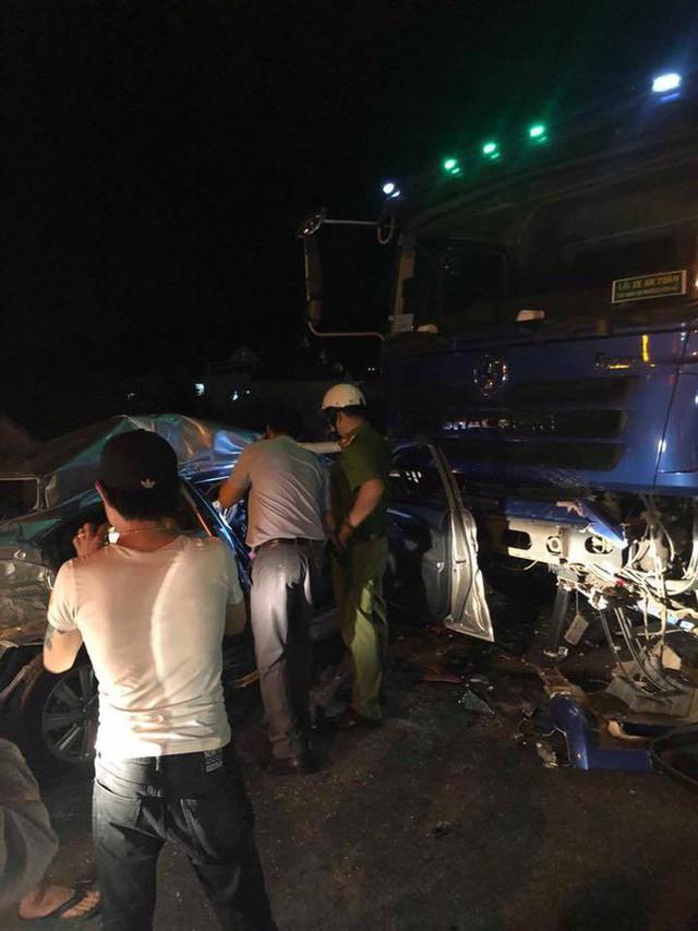 Ô tô 4 chỗ chở cả gia đình tông xe tải, 5 người thương vong - Ảnh 4.