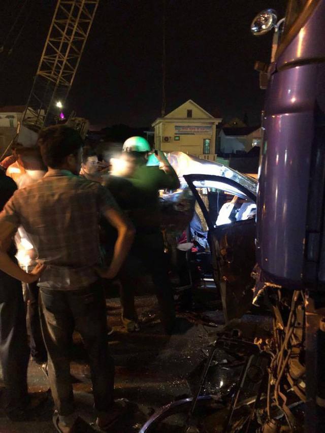 Ô tô 4 chỗ chở cả gia đình tông xe tải, 5 người thương vong - Ảnh 5.
