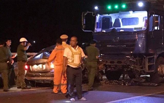 Ô tô 4 chỗ chở cả gia đình tông xe tải, 5 người thương vong - Ảnh 6.