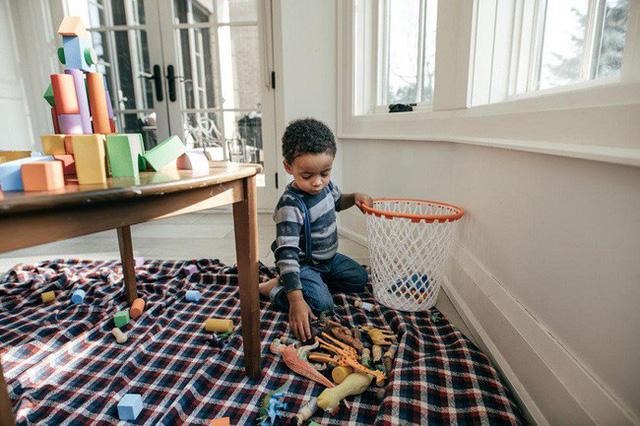 Mách các mẹ 7 bí kíp dạy con cách tự dọn dẹp sau khi bày bừa mà không phải la hét, quát mắng - Ảnh 1.
