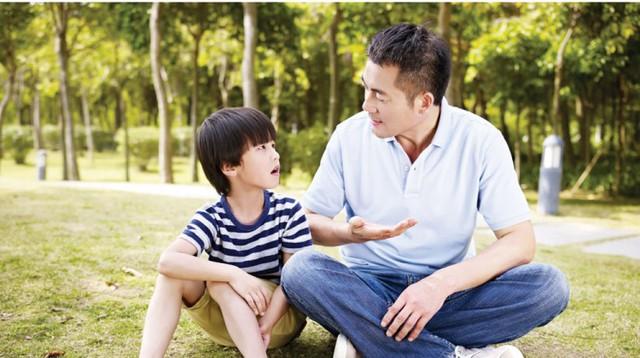 Bạn càng chỉ trách con, con bạn càng trở nên tệ. Sau khi con mắc lỗi, cha mẹ chỉ cần hỏi 8 câu này để giúp con nhận ra vấn đề và phát triển tư duy! - Ảnh 2.