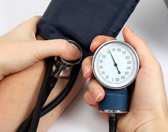GS tim mạch hàng đầu: Tiết lộ cách dùng gừng cấp cứu khi tụt huyết áp an toàn tuyệt đối - Ảnh 1.