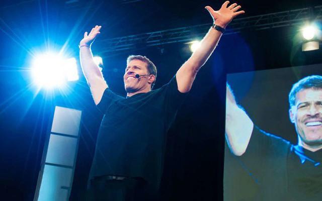 """Diễn thuyết trước hàng chục nghìn người, xuyên suốt bốn ngày đêm nhưng triệu phú tự thân Tony Robbins chưa có một giây phút nào tỏ ra mệt mỏi, chính là nhờ 3 phương pháp """"hack sinh học"""" này - Ảnh 1."""