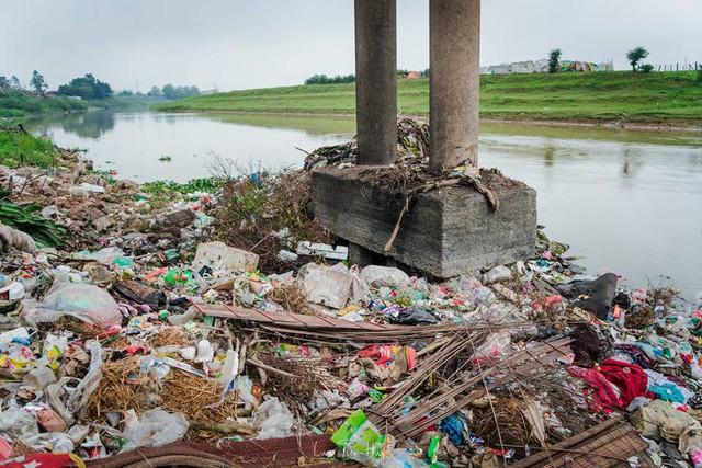 Chuyện đau đầu của Thử thách dọn rác: Bục mặt 4 tiếng dọn sạch chân cầu Xuân Lai, đến chiều người dân lại... vứt rác - Ảnh 3.
