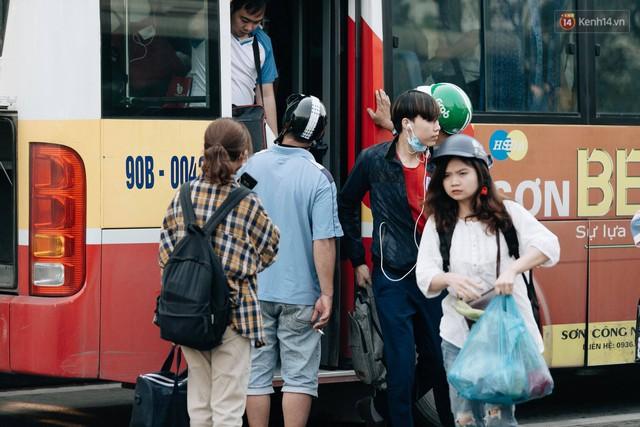 Hết 5 ngày nghỉ lễ, người dân cả nước tấp nập trở lại thành phố chuẩn bị cho những ngày làm việc tiếp theo - Ảnh 2.