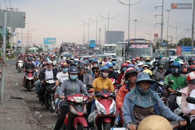 Hết 5 ngày nghỉ lễ, người dân cả nước tấp nập trở lại thành phố chuẩn bị cho những ngày làm việc tiếp theo - Ảnh 12.