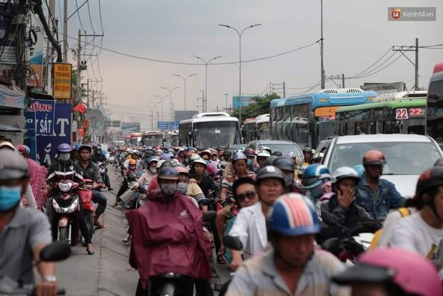 Hết 5 ngày nghỉ lễ, người dân cả nước tấp nập trở lại thành phố chuẩn bị cho những ngày làm việc tiếp theo - Ảnh 13.