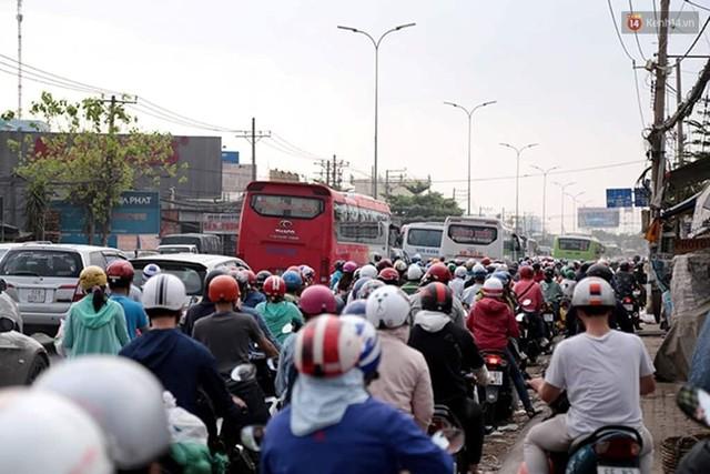 Hết 5 ngày nghỉ lễ, người dân cả nước tấp nập trở lại thành phố chuẩn bị cho những ngày làm việc tiếp theo - Ảnh 14.
