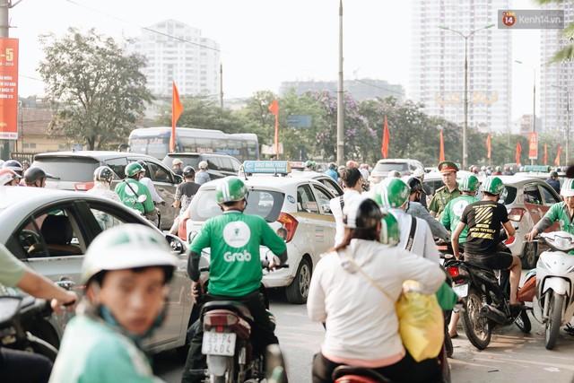 Hết 5 ngày nghỉ lễ, người dân cả nước tấp nập trở lại thành phố chuẩn bị cho những ngày làm việc tiếp theo - Ảnh 3.