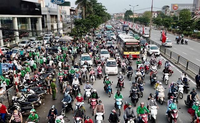 Hết 5 ngày nghỉ lễ, người dân cả nước tấp nập trở lại thành phố chuẩn bị cho những ngày làm việc tiếp theo - Ảnh 6.