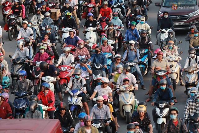 Hết 5 ngày nghỉ lễ, người dân cả nước tấp nập trở lại thành phố chuẩn bị cho những ngày làm việc tiếp theo - Ảnh 7.