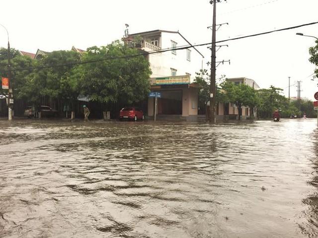 Mưa lớn trong đêm, đường TP Hà Tĩnh biến thành sông  - Ảnh 2.