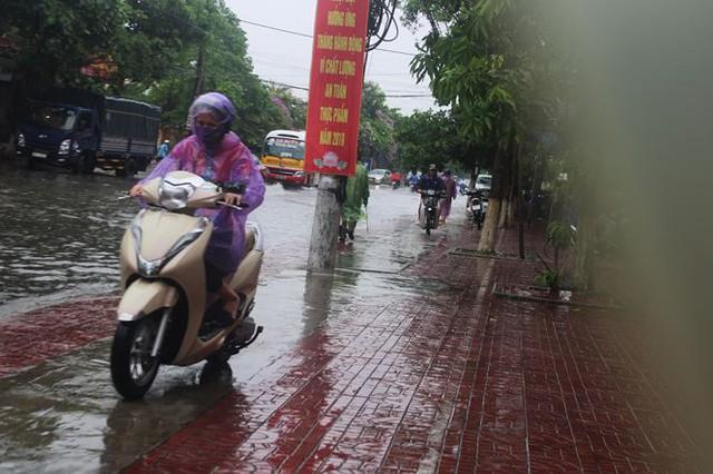 Mưa lớn trong đêm, đường TP Hà Tĩnh biến thành sông  - Ảnh 11.