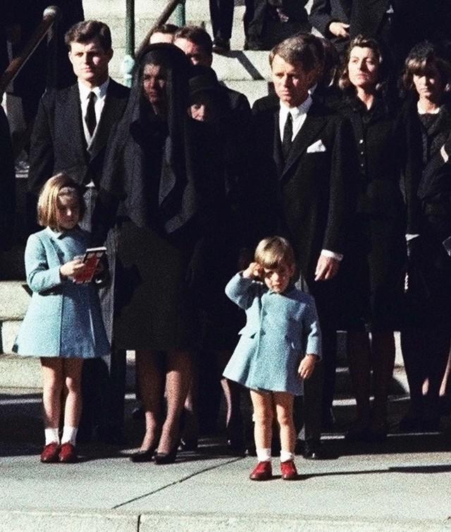 Đã hơn 50 năm, bức ảnh con trai Tổng thống Mỹ giơ tay chào quan tài bố ngay trong ngày sinh nhật vẫn luôn khiến người ta xót xa - Ảnh 3.