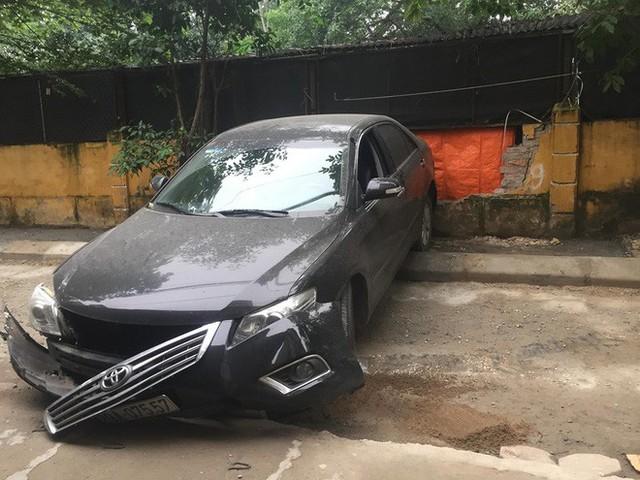 CLIP: Nữ tài xế lùi xe Camry tông chết người đi xe máy ở Hà Nội - Ảnh 4.