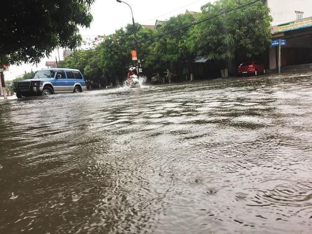 Mưa lớn trong đêm, đường TP Hà Tĩnh biến thành sông  - Ảnh 5.