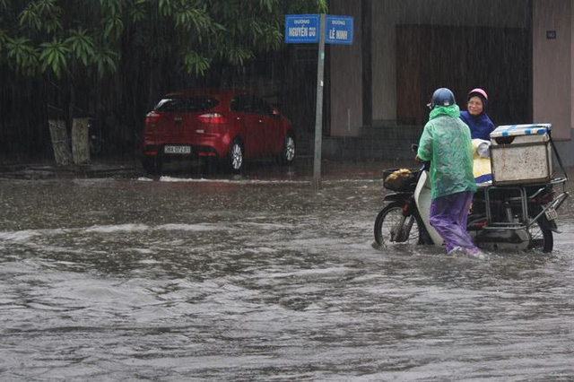 Mưa lớn trong đêm, đường TP Hà Tĩnh biến thành sông  - Ảnh 6.