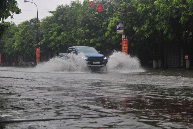 Mưa lớn trong đêm, đường TP Hà Tĩnh biến thành sông  - Ảnh 7.