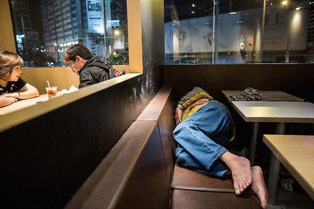 Cuộc sống của người đàn ông vô gia cư gốc Việt ở nơi nghèo nhất Hong Kong và sự tương phản nghiệt ngã của thành phố hoa lệ bậc nhất hành tinh - Ảnh 7.