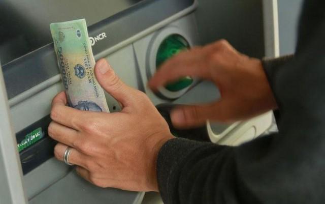 Dùng tiền của người khác chuyển nhầm vào tài khoản bị khép tội gì? - Ảnh 1.