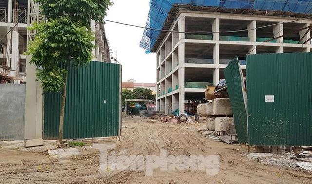 Cận cảnh chung cư xây sắp xong chưa nghiệm thu móng, mở bán rầm rộ - Ảnh 7.