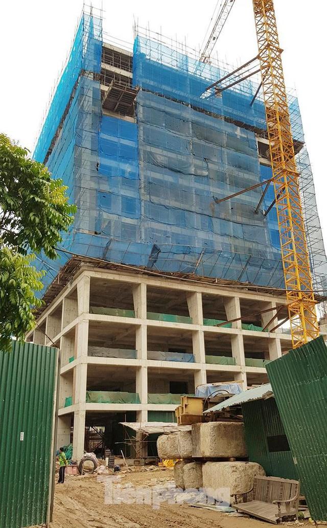 Cận cảnh chung cư xây sắp xong chưa nghiệm thu móng, mở bán rầm rộ - Ảnh 8.