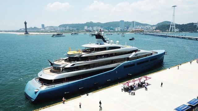 Ông chủ CLB Tottenham cùng siêu du thuyền 150 triệu USD tới vịnh Hạ Long: Tôi chưa thấy nơi đâu có cảnh đẹp như vậy - Ảnh 2.