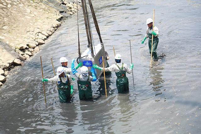 Chuyên gia Nhật giữa trưa lội nước, sông Tô Lịch chờ đón điều bất ngờ - Ảnh 11.