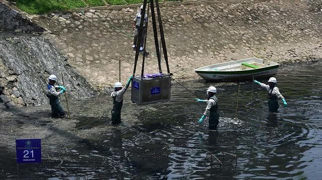 Chuyên gia Nhật giữa trưa lội nước, sông Tô Lịch chờ đón điều bất ngờ - Ảnh 12.