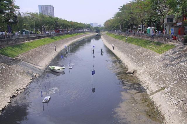 Chuyên gia Nhật giữa trưa lội nước, sông Tô Lịch chờ đón điều bất ngờ - Ảnh 2.