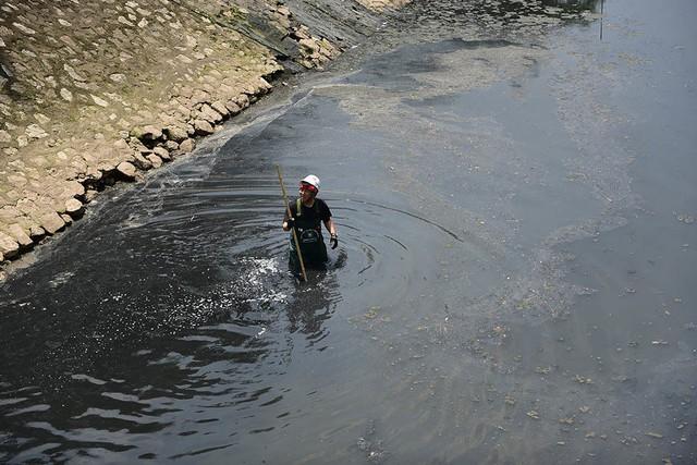 Chuyên gia Nhật giữa trưa lội nước, sông Tô Lịch chờ đón điều bất ngờ - Ảnh 4.