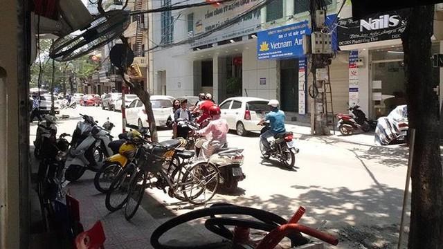 Nắng nóng nung người trên 50 độ C, đường phố Hà Nội vắng tanh - Ảnh 1.