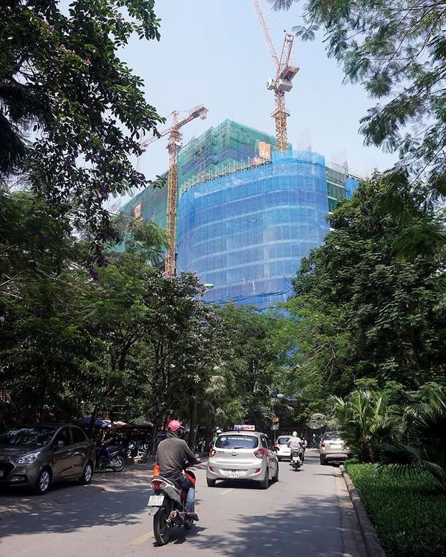Nắng nóng nung người trên 50 độ C, đường phố Hà Nội vắng tanh - Ảnh 2.