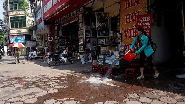 Nắng nóng nung người trên 50 độ C, đường phố Hà Nội vắng tanh - Ảnh 12.