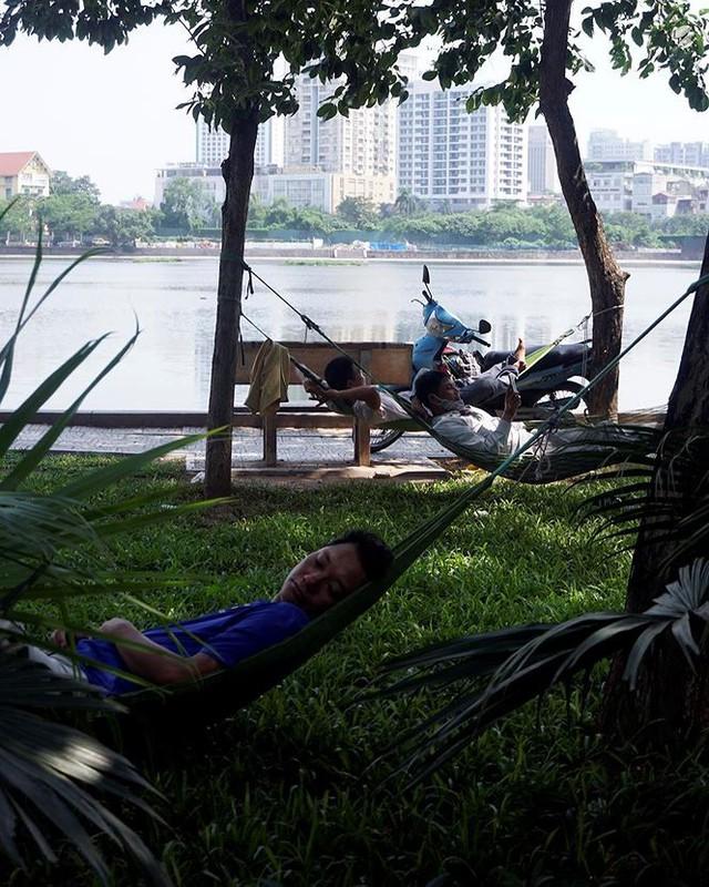 Nắng nóng nung người trên 50 độ C, đường phố Hà Nội vắng tanh - Ảnh 13.
