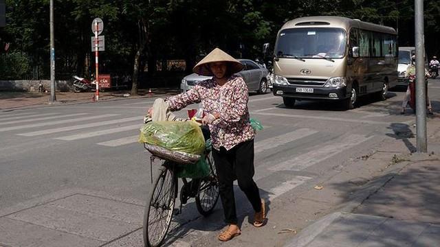 Nắng nóng nung người trên 50 độ C, đường phố Hà Nội vắng tanh - Ảnh 5.