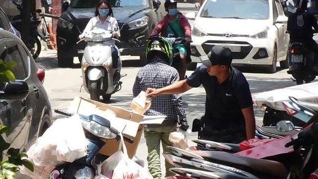 Nắng nóng nung người trên 50 độ C, đường phố Hà Nội vắng tanh - Ảnh 7.