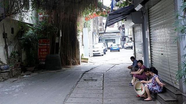 Nắng nóng nung người trên 50 độ C, đường phố Hà Nội vắng tanh - Ảnh 9.