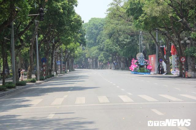 Hà Nội nắng như đổ lửa, phố đi bộ Hồ Gươm vắng tanh dịp cuối tuần - Ảnh 4.