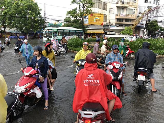 Sau cơn mưa trắng trời, CSGT Bạc Liêu giúp dân di chuyển trong biển nước  - Ảnh 6.