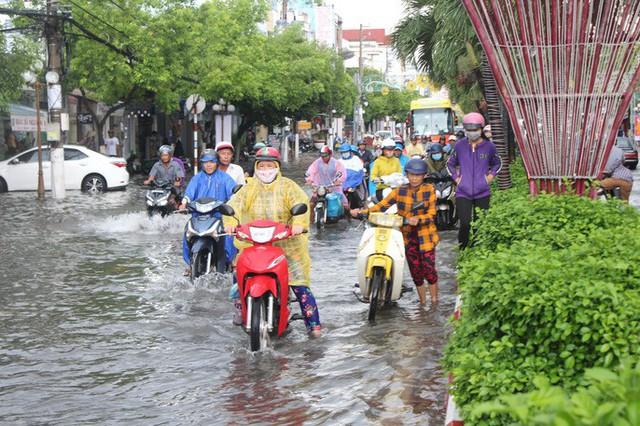 Sau cơn mưa trắng trời, CSGT Bạc Liêu giúp dân di chuyển trong biển nước  - Ảnh 8.