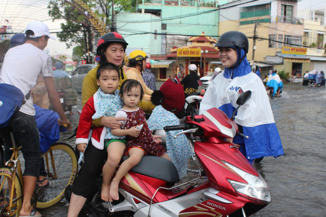 Sau cơn mưa trắng trời, CSGT Bạc Liêu giúp dân di chuyển trong biển nước  - Ảnh 9.