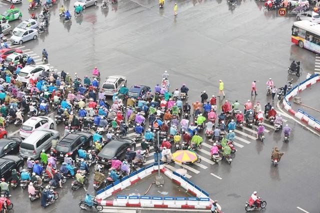 Ảnh: Đường phố Hà Nội tắc nghẽn kinh hoàng trong ngày làm việc đầu tiên sau kỳ nghỉ lễ 30/4 - 1/5 - Ảnh 2.