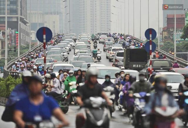 Ảnh: Đường phố Hà Nội tắc nghẽn kinh hoàng trong ngày làm việc đầu tiên sau kỳ nghỉ lễ 30/4 - 1/5 - Ảnh 3.